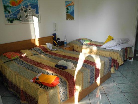 Hotel Villa Hibiscus: camera a tre letti
