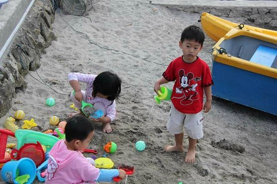Horas Family Home: kids playing sand