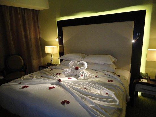 Auris Plaza Hotel: lit décoré pour notre lune de miel