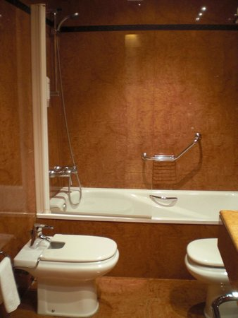 Tryp Valencia Oceanic Hotel : Schone badkamer