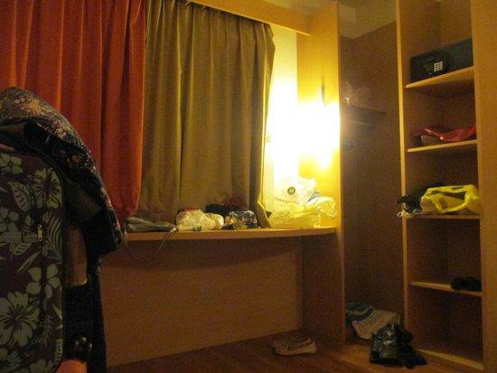 Ibis Buenos Aires: bancada do quarto, muito utilizada rsrs