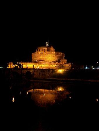 Castillo de Sant'Angelo: Castel Sant'angelo si specchia sul Tevere...