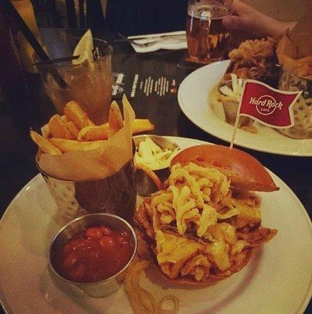 Hard Rock Cafe: Самый обычный маленький бургер, фри и соус