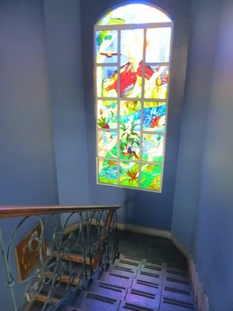Casa Conde Hotel & Suites: Window in stairs of our building