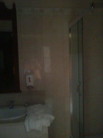 Sandy Beach Resort: bagno con doccia ampia