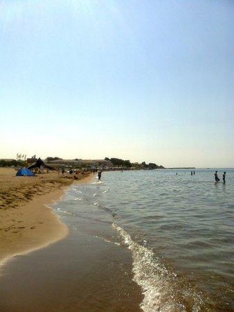 Sandy Beach Resort: spiaggia