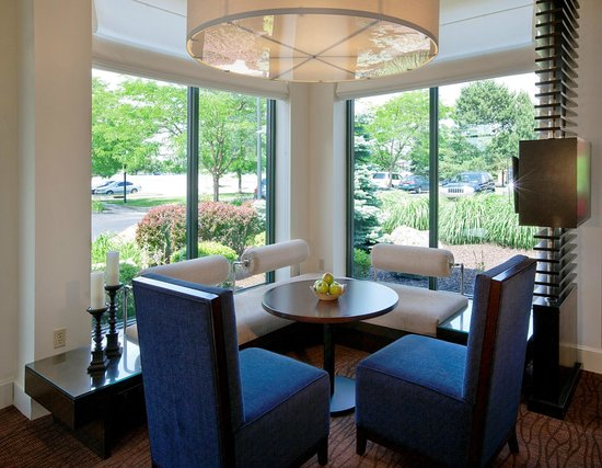 Hilton Garden Inn Poughkeepsie/Fishkill: Hotel Lobby Seating Area