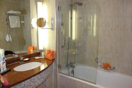 Radisson Blu Hotel & Spa, Sligo: Bathroom, very adequate.