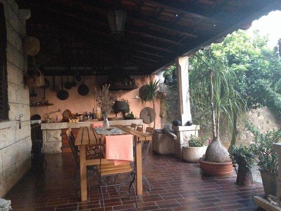 Bilicic Apartments: Terrasse, cuisine et jardin