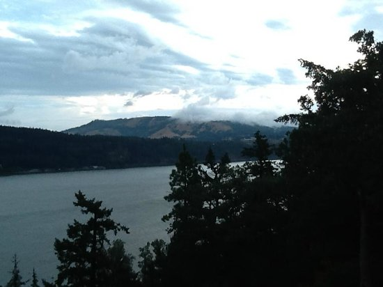 Westcliff Lodge: Looking across the Columbia River towards Washington State