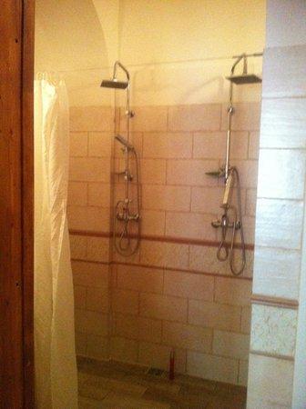 Charles Bridge Economic Hostel: Banheiro
