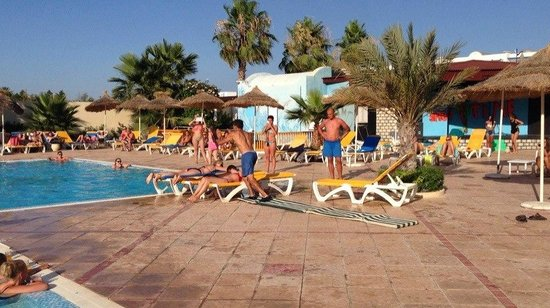Houda Yasmine Hammamet : jumping over the sunbeds