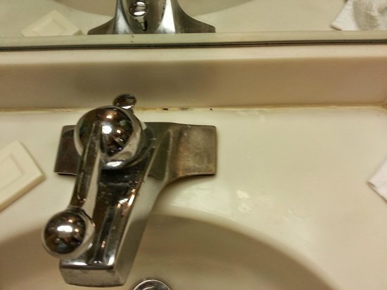 La Quinta Inn & Suites Charlotte Airport North : worn faucet and counter tops