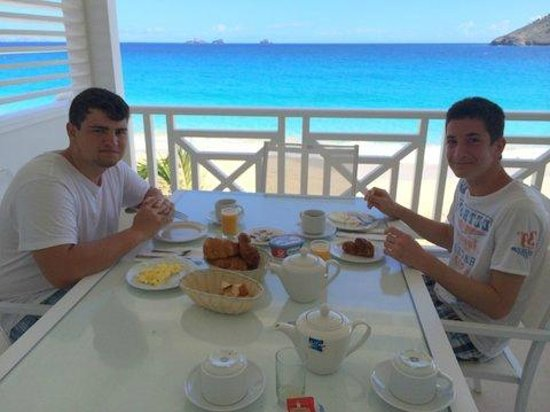 Hotel Baie des Anges: Enjoying breakfast on the terrace