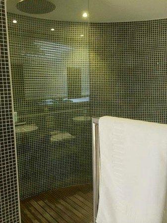 Hotel Baie des Anges: rain shower