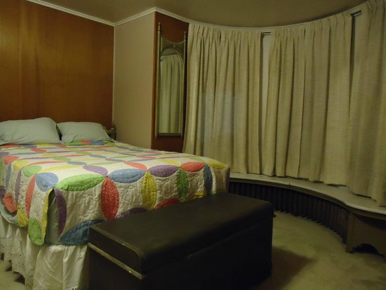 Connellsville, PA: Colonel William Crawford room - Queen bed