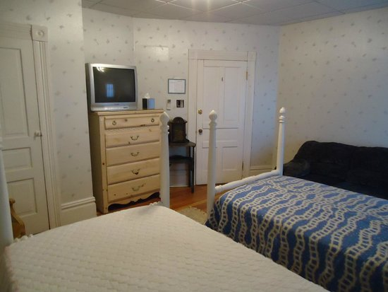 Connellsville, PA: Albert Gallatin room - 2 twin beds