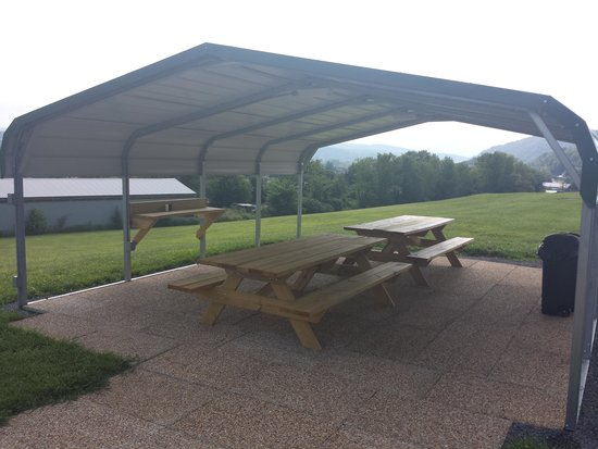 Huntingdon Motor Inn: outdoor picnic table with electric