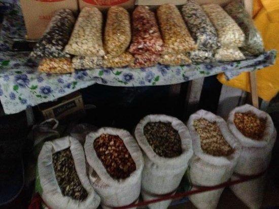 Mercado Central de San Pedro : grãos de milho de todos os tipos e cores
