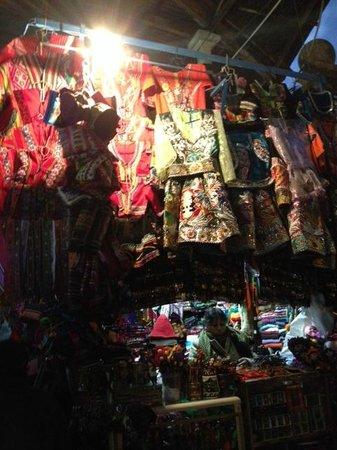 Mercado Central de San Pedro : vestimentas para cholas