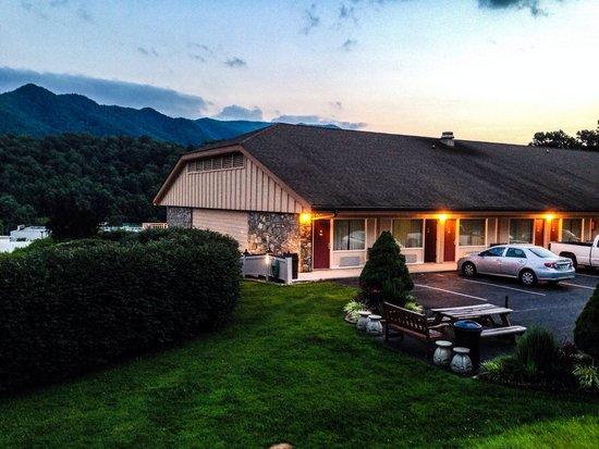 BEST WESTERN Smoky Mountain Inn: Parking & rooms