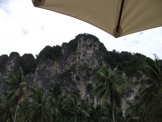 Ban Sainai Resort : the lime stone cliff form the pool