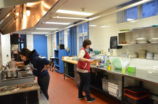 Hi-Quebec, Auberge Internationale de Quebec: The big community kitchen.