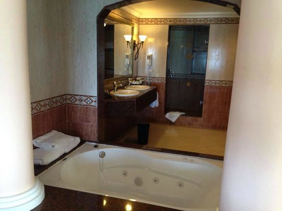ClubHotel Riu Ocho Rios: indoor jacuzzi in room