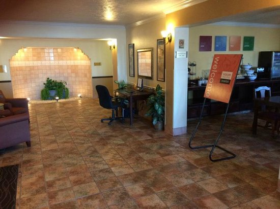 Visalia Sequoia Inn & Suites: Lobby and dining room entrance