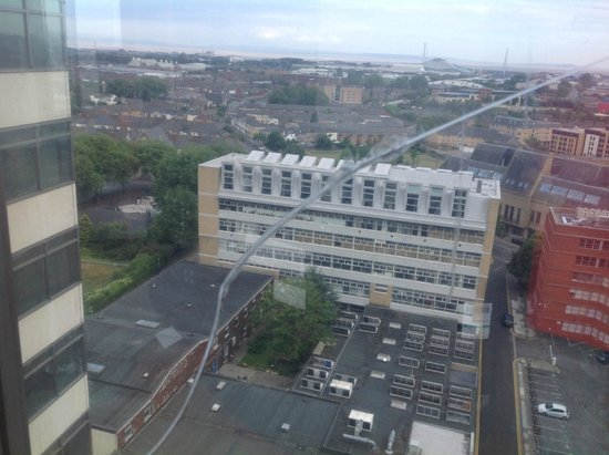 Mercure Cardiff Holland House Hotel and Spa: Massive crack in window