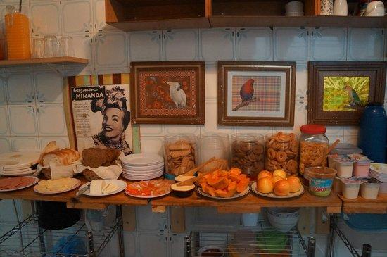 Mama Brasil Hostel : Mesa dos ingredientes disponíveis no café da manhã Hostel Mama Brasil