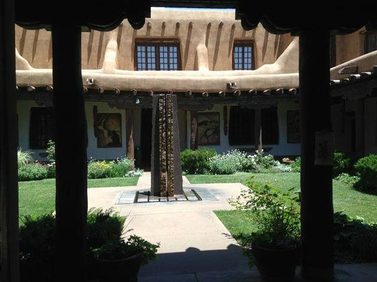 New Mexico Museum of Art: Beautiful building with relaxing area