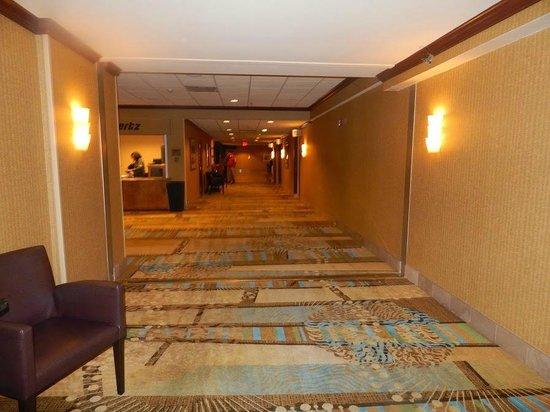 Los Angeles Airport Marriott: Corridor to the lobby