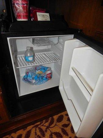Los Angeles Airport Marriott: Mini refigerator in room
