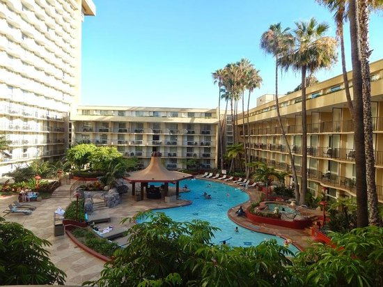 Los Angeles Airport Marriott: Pool by day