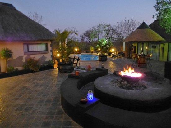 African Rock Lodge: Lodge bij avond