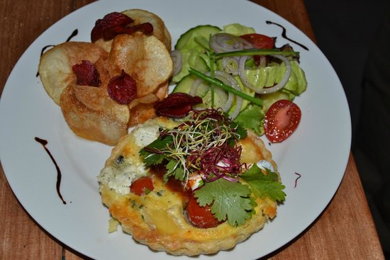 De Voorskooten: Quiche with salad and chips