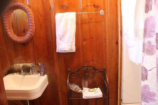 Kings Canyon Lodge: our bathroom - toilet immediately adjacent on left