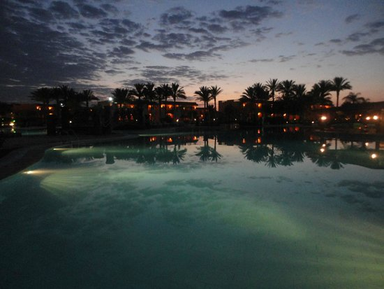Resta Grand Resort: panorama serale  in piscina