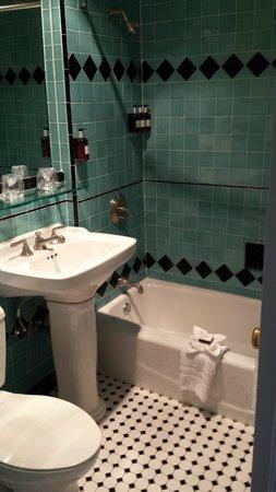 The Georgian Hotel : Standard Room Bathroom