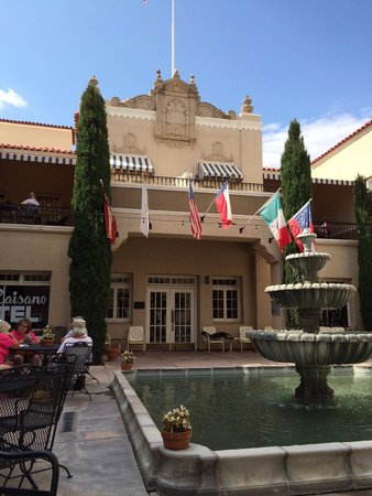 The Hotel Paisano: Tranquil patio to have a drink!!