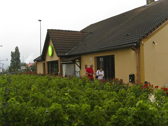 Campanile Roanne : Hotel frontage with vines in foreground