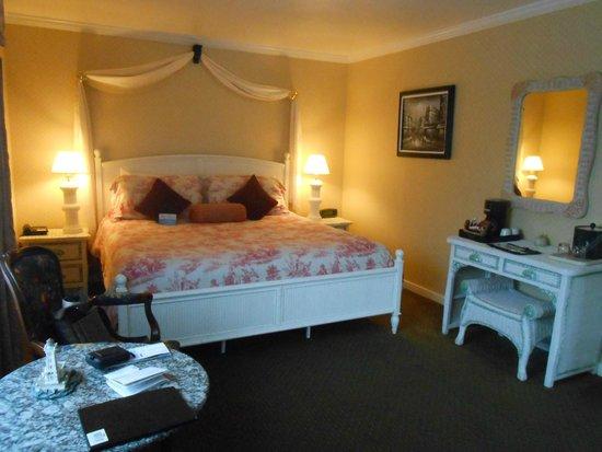 Carmel Inn & Suites: lovely room