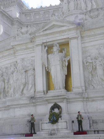 Monument à Victor-Emmanuel II : Statue of the goddess Roma on a gold background