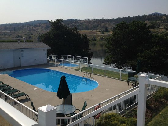 South Thompson Inn & Conference Center: Pool & jacuzzi by the river
