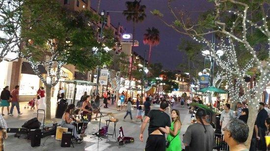 Third Street Promenade : Street Scene & Street Performers