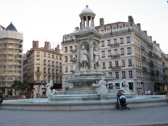 Elysee Hotel: Plaza with fountain down the street