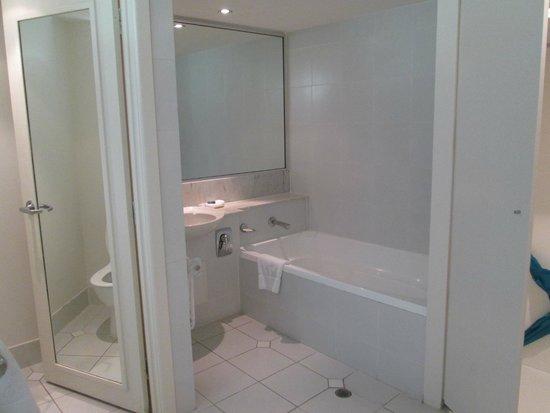 Reef View Hotel: Bathroom - separate toilet, bath and wardrobe