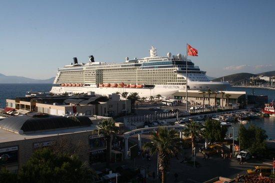 Mr Happy's - Liman Hotel: Blick vom Dach auf den Schiffs-Anleger (Zoom)