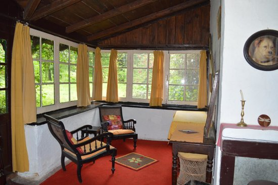The Retreat, Bhimtal: The cosy reading corner in the room